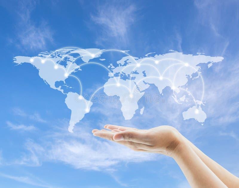 Παγκόσμιος χάρτης και σκίτσο δικτύων με το χέρι λαβής στο υπόβαθρο ουρανού στοκ εικόνα