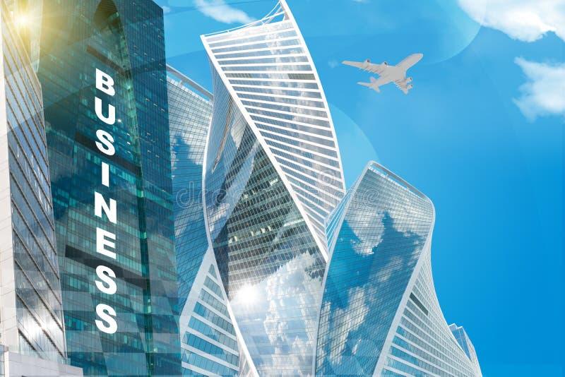 Παγκόσμιος χάρτης με την επιχειρησιακούς λέξη και τον ουρανοξύστη διανυσματική απεικόνιση