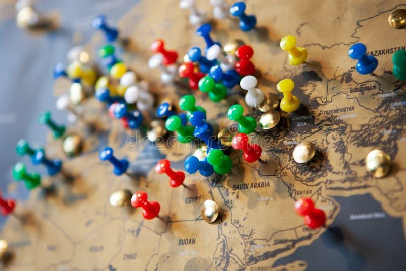 Παγκόσμιος χάρτης με τις χρωματισμένες καρφίτσες με τις θέσεις ταξιδιού Έννοια τουριστών στοκ φωτογραφίες