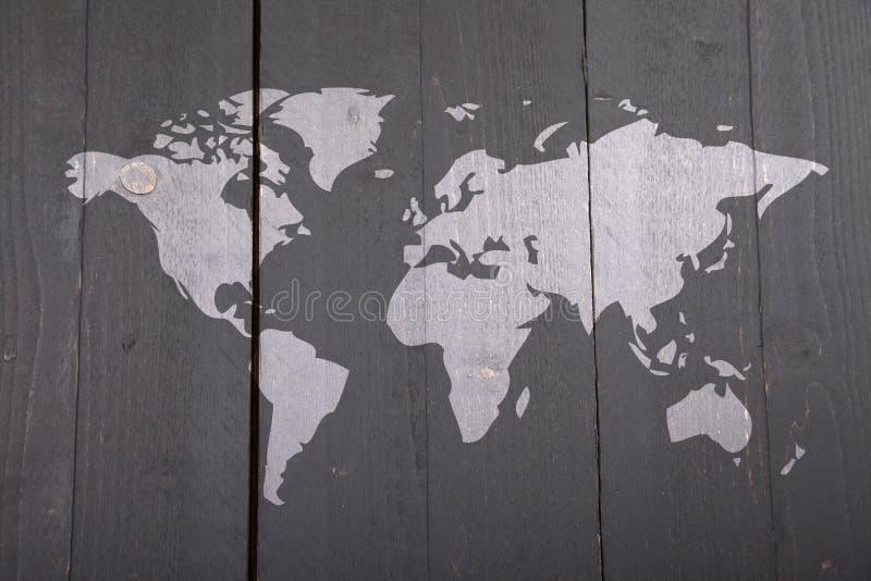 Παγκόσμιος χάρτης στο μαύρο ξύλινο υπόβαθρο στοκ φωτογραφίες με δικαίωμα ελεύθερης χρήσης