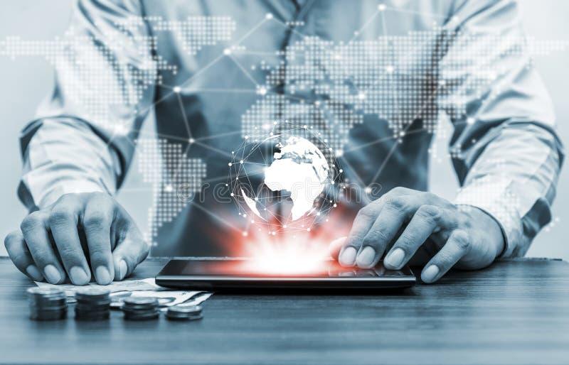 Παγκόσμιο δίκτυο παγκόσμιων χαρτών ανθρώπων τεχνολογίας και σε απευθείας σύνδεση τραπεζικές εργασίες μέσα στοκ εικόνες