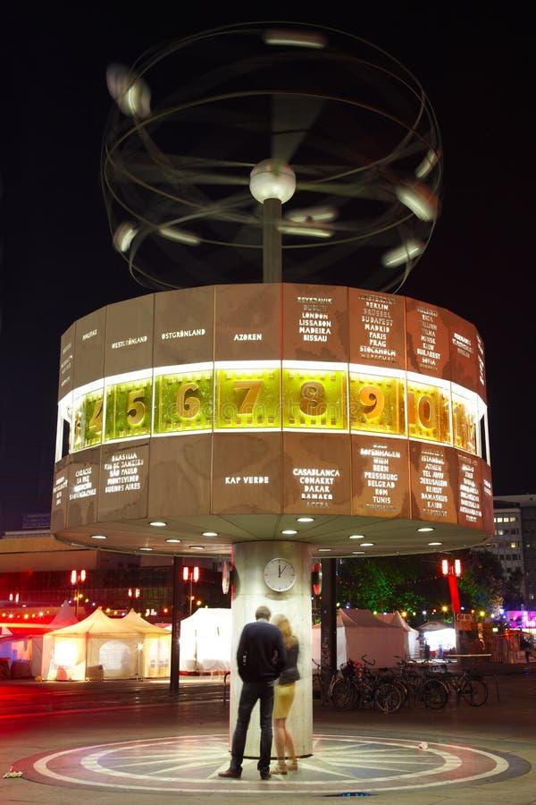 Παγκόσμιο ρολόι στο Βερολίνο τη νύχτα, ζεύγος στοκ εικόνες με δικαίωμα ελεύθερης χρήσης