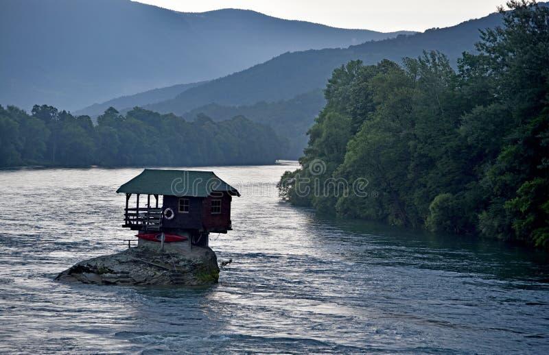 Παγκόσμιο attratcion ένα διάσημο σπίτι στον ποταμό Drina στοκ φωτογραφίες με δικαίωμα ελεύθερης χρήσης