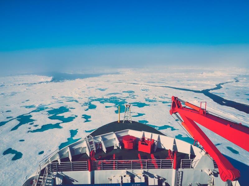 Παγοθραύστης που περιβάλλεται από τον πάγο στοκ φωτογραφίες