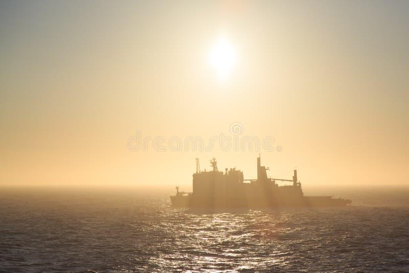 Παγοθραύστης Tajmyr στην ανατολή το πρωί μια ελαφριά ομίχλη στοκ εικόνες με δικαίωμα ελεύθερης χρήσης