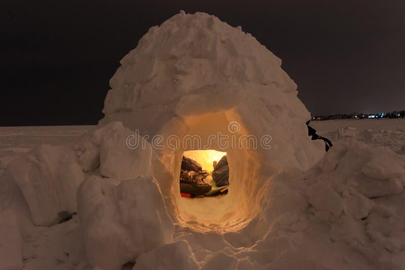 Παγοκαλύβα χιονιού στην παγωμένη θάλασσα σε ένα υπόβαθρο της νύχτας στοκ φωτογραφίες