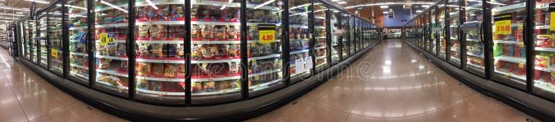 Παγωμένα τρόφιμα στην ψύξη για την πώληση στοκ φωτογραφίες