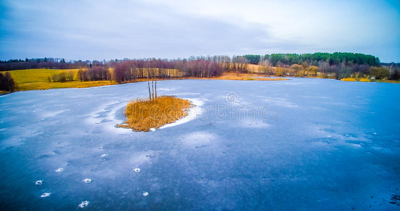 Παγωμένη λίμνη με το νησί στοκ φωτογραφία