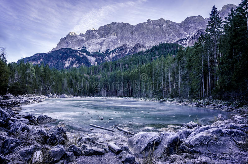Παγωμένη λίμνη στις γερμανικές Άλπεις στοκ εικόνες
