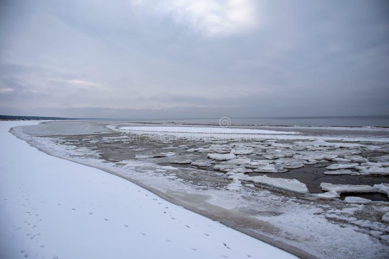 παγωμένη ακτή λιμνών το χειμώνα στοκ φωτογραφίες