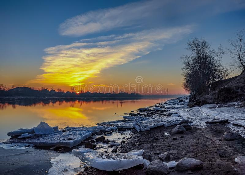 Παγωμένη αυγή Μαρτίου στις όχθεις του ποταμού Neva στη Αγία Πετρούπολη στοκ εικόνες