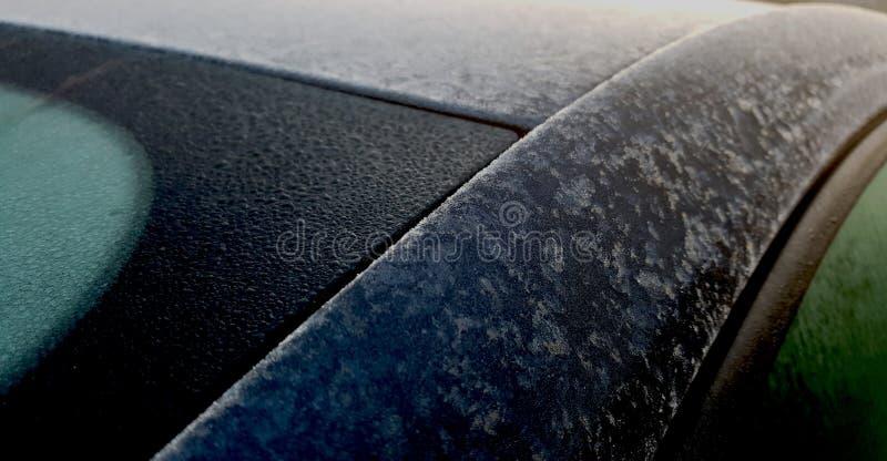 Παγωμένη δροσιά στον οπίσθιο ανεμοφράκτη και το στυλοβάτη γ του μαύρου αυτοκινήτου hatchback στοκ εικόνες