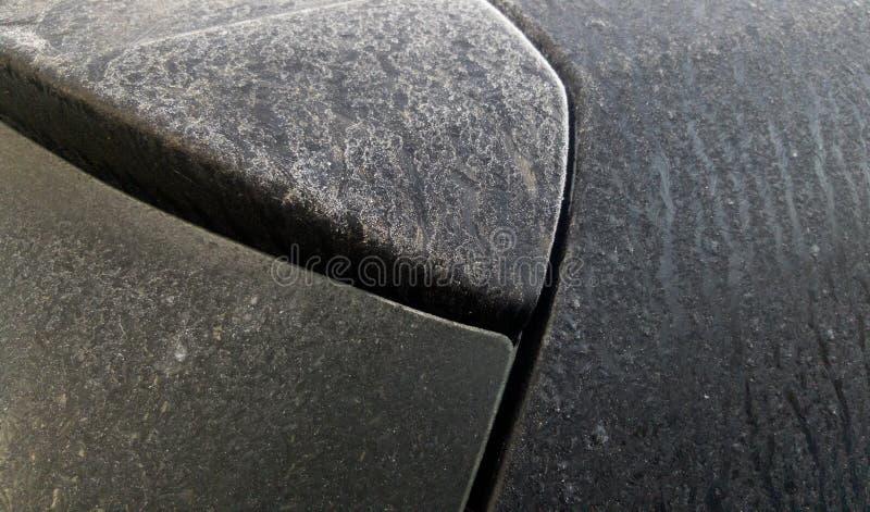 Παγωμένη δροσιά στον οπίσθιο ανεμοφράκτη και το στυλοβάτη γ του μαύρου αυτοκινήτου hatchback στοκ φωτογραφία με δικαίωμα ελεύθερης χρήσης
