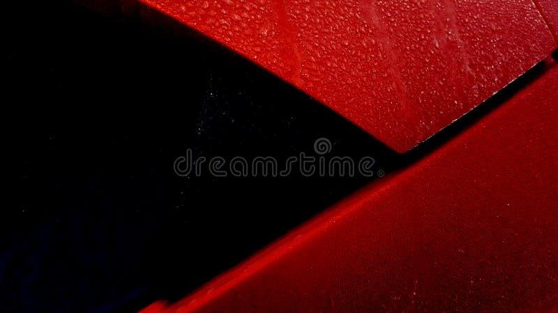 Παγωμένη δροσιά στον οπίσθιο ανεμοφράκτη και το στυλοβάτη γ του κόκκινου αυτοκινήτου hatchback στοκ φωτογραφία με δικαίωμα ελεύθερης χρήσης