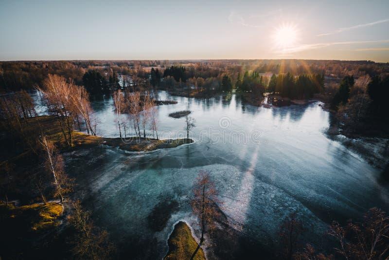 Παγωμένη εναέρια άποψη ηλιοβασιλέματος λιμνών Η λίμνη Kirkilai στο χωριό Kirkilai κοντά στην πόλη Birzai, Λιθουανία στοκ εικόνα με δικαίωμα ελεύθερης χρήσης