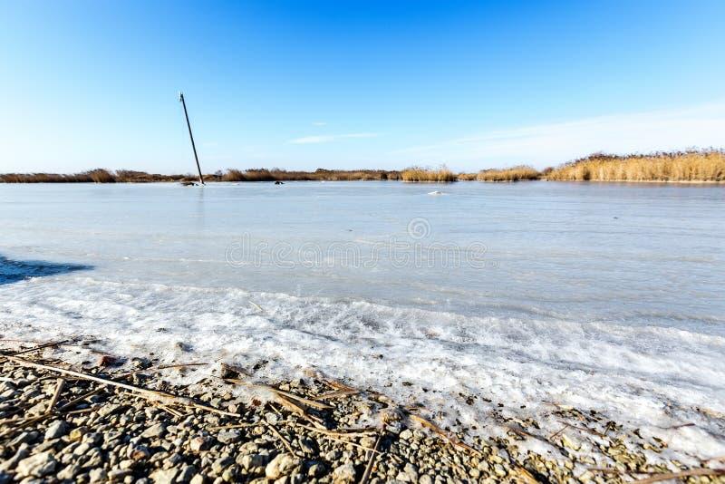 Παγωμένη λιμνοθάλασσα στη βόρεια Ελλάδα στοκ φωτογραφίες