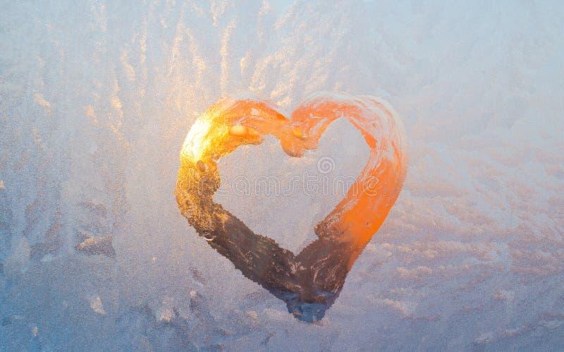 Παγωμένη καρδιά στο παράθυρο γυαλιού στοκ φωτογραφία