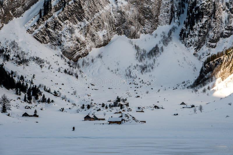 Παγωμένη λίμνη με το μικρό χωριό, ελβετικά βουνά στοκ φωτογραφία με δικαίωμα ελεύθερης χρήσης