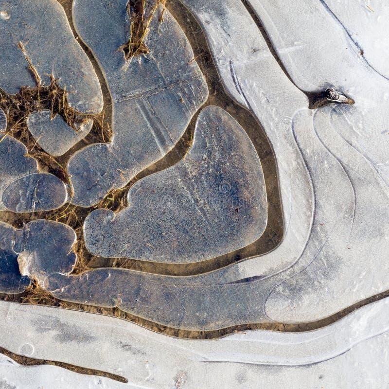 Παγωμένη πάγος λακκούβα στη εθνική οδό αμμοχάλικου στοκ εικόνα με δικαίωμα ελεύθερης χρήσης