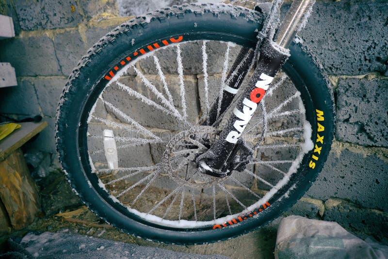 παγωμένη ρόδα ποδηλάτων στοκ εικόνες