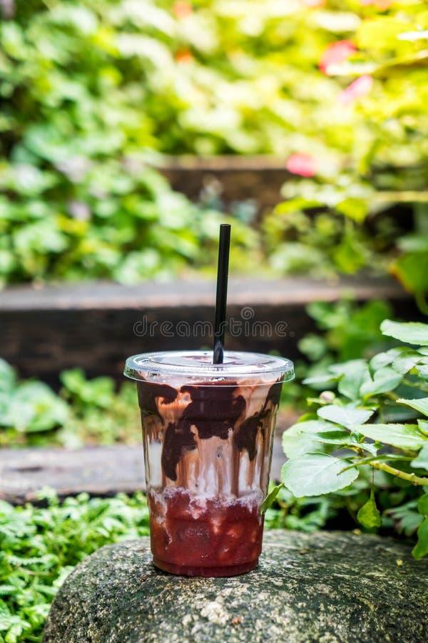 παγωμένη σοκολάτα με το σιρόπι γάλακτος και φραουλών στοκ εικόνα