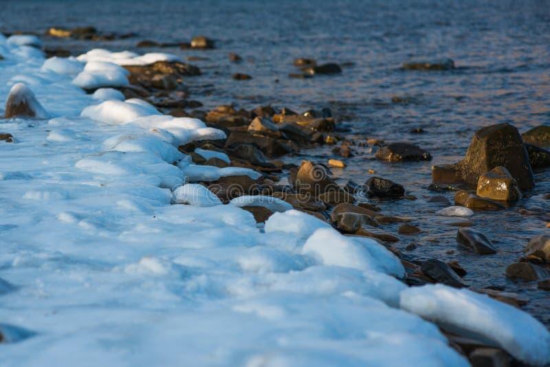 Παγωμένη χειμερινή ακτή Ακτή της θάλασσας της Ιαπωνίας στοκ εικόνες με δικαίωμα ελεύθερης χρήσης