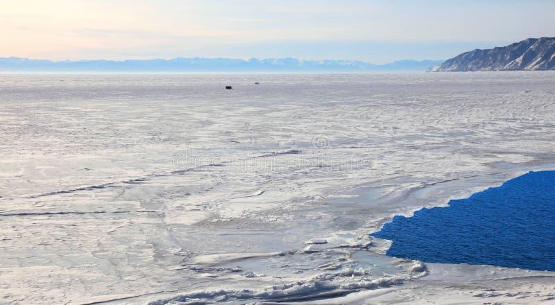 Download παγωμένη baikal λίμνη στοκ εικόνα. εικόνα από λίμνη, συννεφιασμένος - 13185173