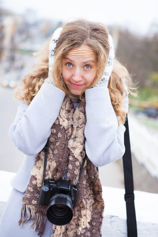 Παγωμένοι φωτογράφος και τουρίστας κοριτσιών με μια κάμερα στοκ φωτογραφία