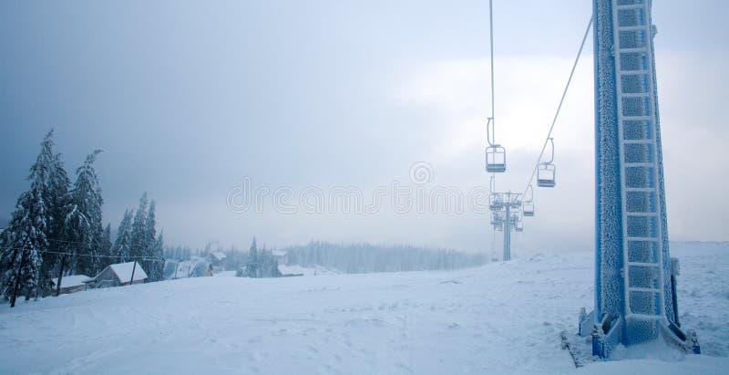 Παγωμένος καλυμμένος ανελκυστήρας παγετός στο θλιβερό χιονώδες βουνό ημέρας στοκ εικόνες