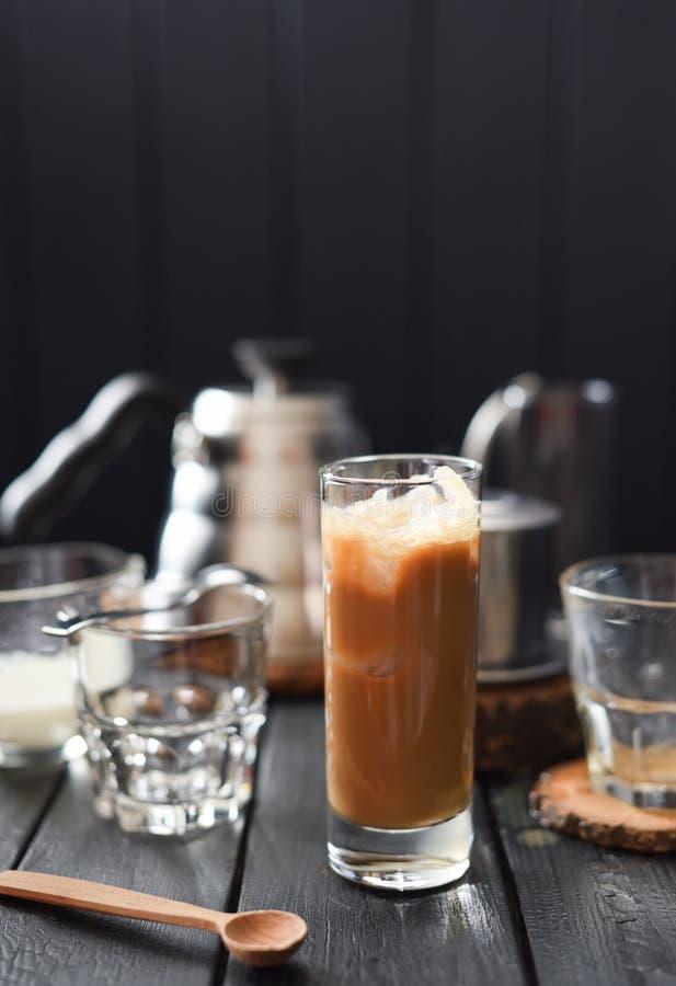 Παγωμένος καφές με την κρέμα στο ψηλό γυαλί στο μαύρο διάστημα αντιγράφων υποβάθρου στοκ φωτογραφία με δικαίωμα ελεύθερης χρήσης