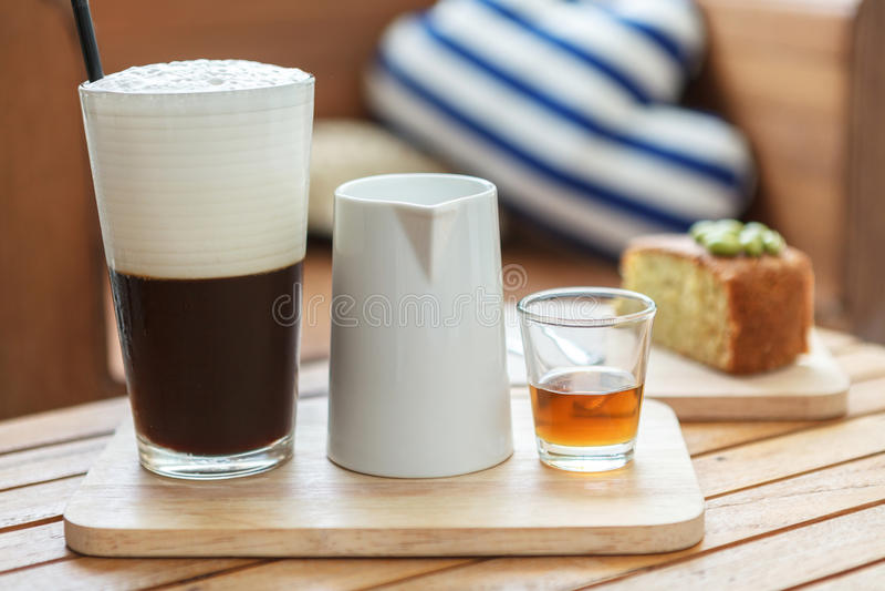 Παγωμένος καφές με το γάλα και το σιρόπι στοκ εικόνες