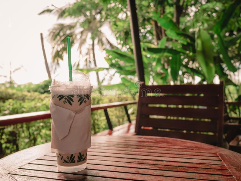 Παγωμένος καφές στον πίνακα στον καφέ στοκ εικόνα με δικαίωμα ελεύθερης χρήσης
