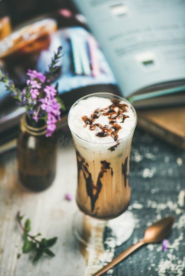 Παγωμένος καφές mocha με την κτυπημένη κρέμα στο γυαλί, ξύλινο υπόβαθρο στοκ εικόνες