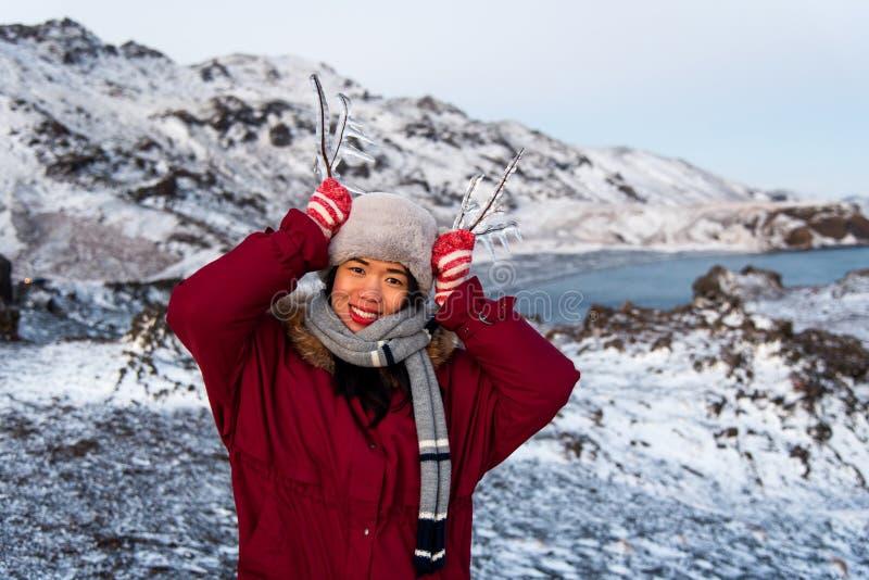Παγωμένος κλάδος δέντρων κοριτσιών εκμετάλλευση από τη λίμνη στοκ φωτογραφία με δικαίωμα ελεύθερης χρήσης