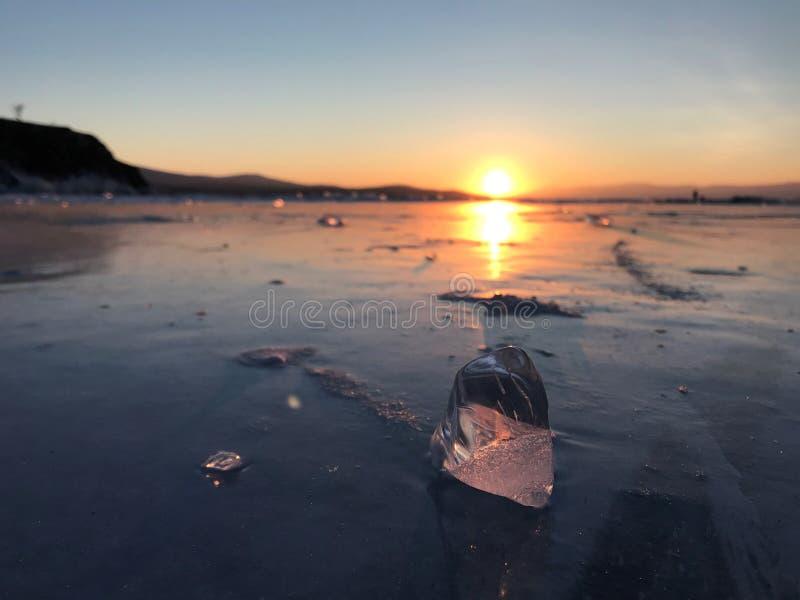 Παγωμένος κύβος πάγου στην παγωμένη Baikal λίμνη με το σκηνικό ηλιοβασιλ στοκ εικόνα με δικαίωμα ελεύθερης χρήσης