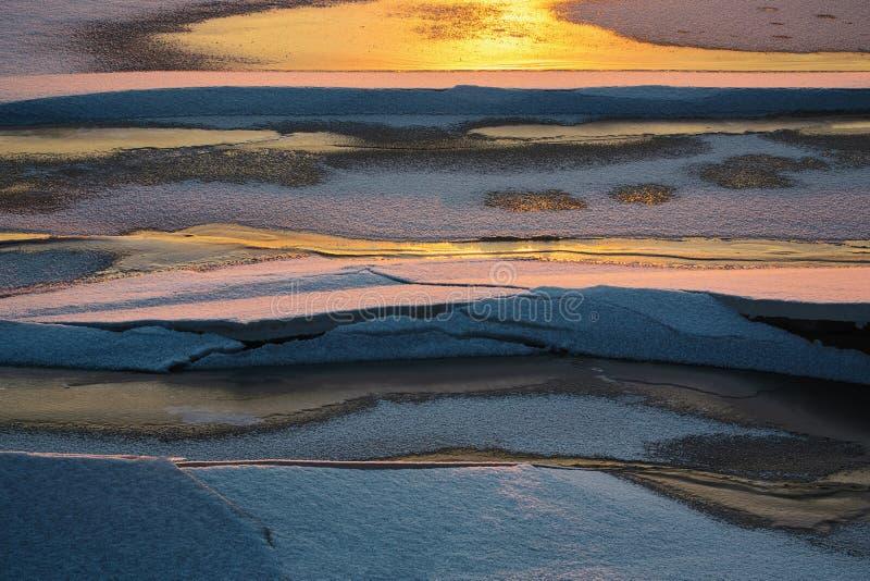 Παγωμένος ποταμός κάτω στοκ εικόνα