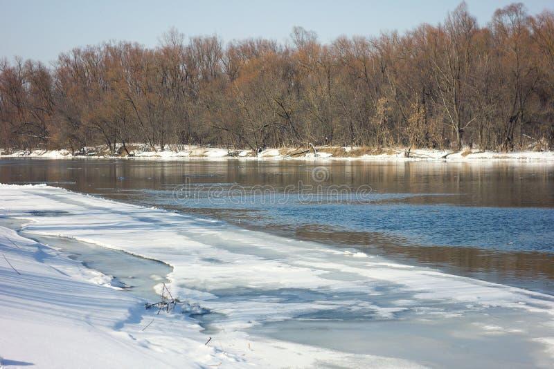 Παγωμένος ποταμός το χειμώνα, χειμώνας στοκ φωτογραφία με δικαίωμα ελεύθερης χρήσης