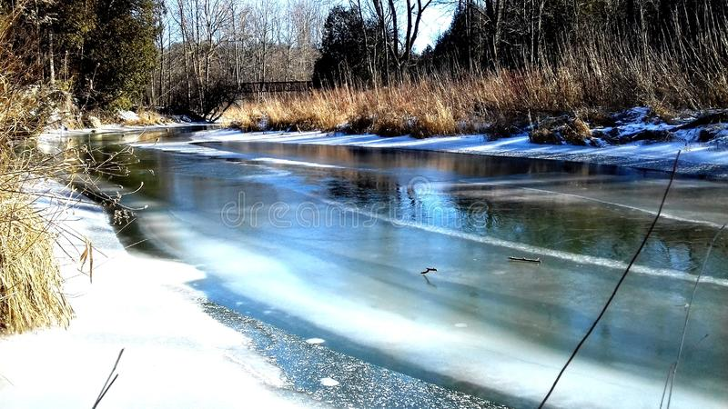 παγωμένος ποταμός στοκ εικόνες με δικαίωμα ελεύθερης χρήσης