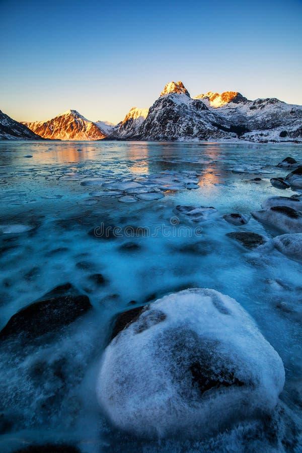παγωμένος χειμώνας λιμνών στοκ φωτογραφίες με δικαίωμα ελεύθερης χρήσης