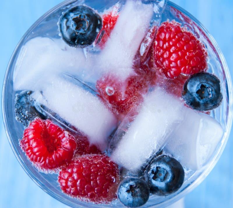 Παγωμένος χυμός με τα σμέουρα και τα βακκίνια στοκ εικόνα