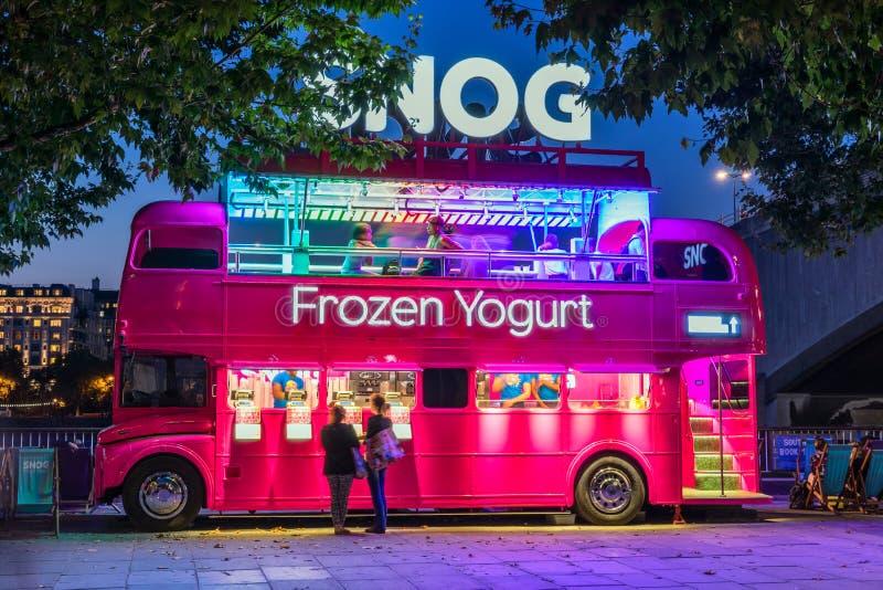 Παγωμένο κατάστημα γιαουρτιού χαμουρέματος σε Southbank του Λονδίνου στοκ φωτογραφίες