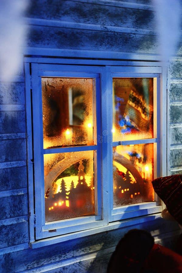 Παγωμένο παράθυρο με τις διακοσμήσεις Χριστουγέννων στοκ εικόνα με δικαίωμα ελεύθερης χρήσης