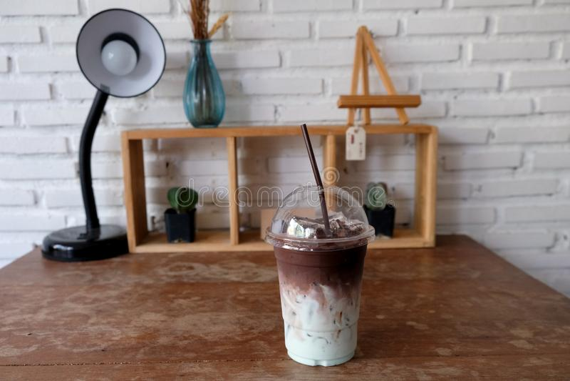 Παγωμένο σοκολάτα ή κακάο με το σιρόπι γάλακτος και μεντών στοκ εικόνα