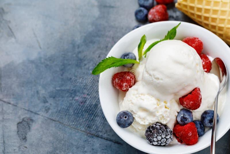 Παγωτό βανίλιας με τα φρέσκα παγωμένα σμέουρα μούρων στοκ φωτογραφία με δικαίωμα ελεύθερης χρήσης