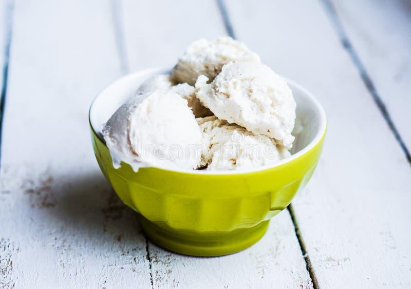 Παγωτό βανίλιας στο άσπρο υπόβαθρο στοκ φωτογραφία με δικαίωμα ελεύθερης χρήσης