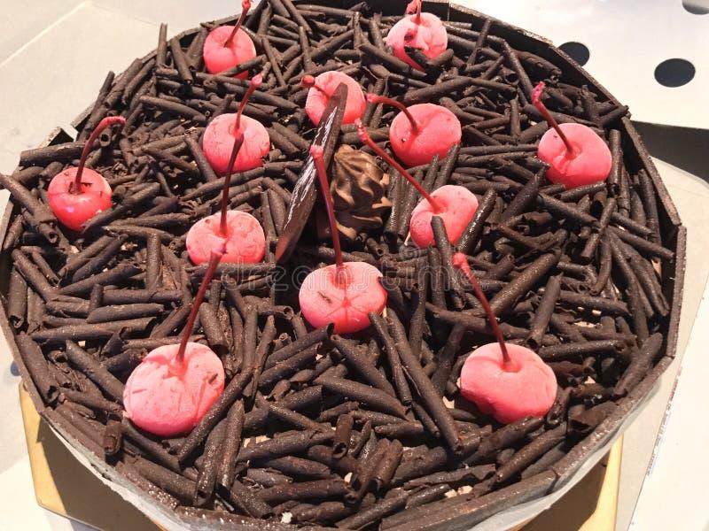 Παγωτό κέικ σοκολάτας με το κόκκινο κεράσι στην κορυφή στοκ εικόνα