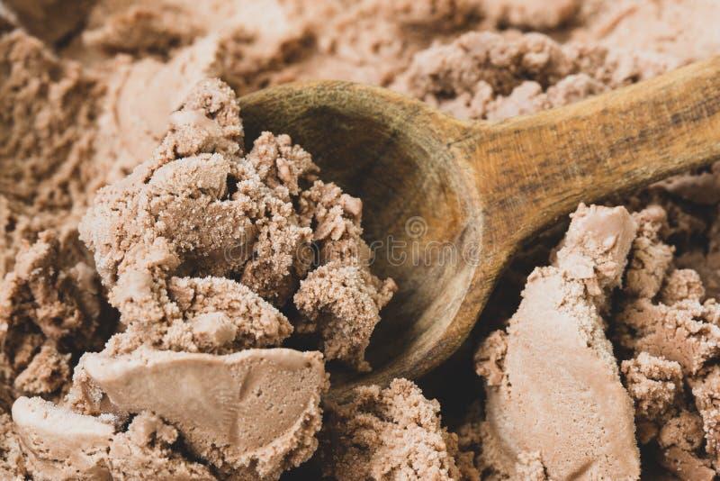 Παγωτό σοκολάτας με ένα κουτάλι στοκ εικόνες