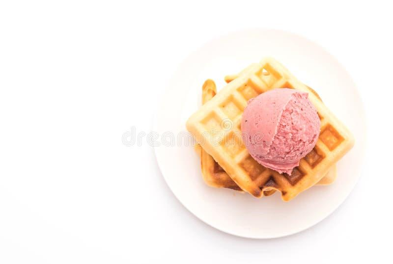 παγωτό φραουλών με τη βάφλα στοκ φωτογραφία με δικαίωμα ελεύθερης χρήσης