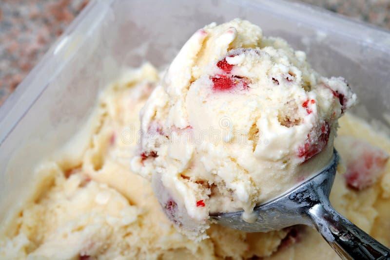 Παγωτό φραουλών βανίλιας στοκ εικόνα