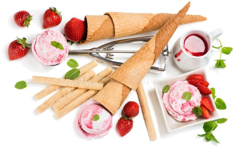 Παγωτό φραουλών με τα φρέσκα μούρα, επάνω από την άποψη στοκ εικόνες
